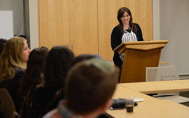 Tzipi Hotovely prenant la parole à l'Université de Columbia, le 2 novembre 2017 (Crédit : Dor Malka / MFA)