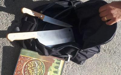 Un couteau à viande, un couteau et une copie du Coran, trouvés dans le sac à dos d'un Palestinien, qui allaient être utilisés dans une attaque terroriste près de l'implantation de Kochav Yaakov dans la Cisjordanie centrale le 9 novembre 2017 (Crédit : Police d'Israël)