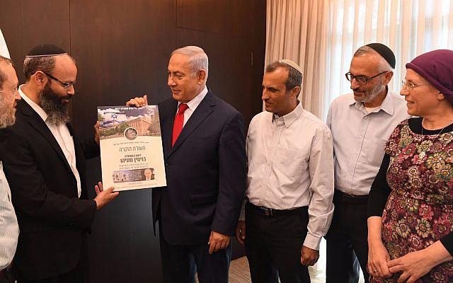 Le Premier ministre Benjamin Netanyahu avec les chefs du mouvement des implantations, le 15 novembre 2017 (Crédit : GPO/ Kobi Gideon)