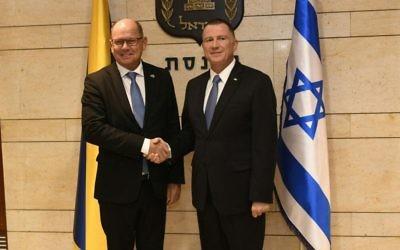 Le président du Parlement suédois Urban Ahlin, à gauche, avec Yuli Edelstein, président de la Knesset, à la Knesset de Jérusalem, le 15 novembre 2017 (Crédit : Jorge Novominsky)