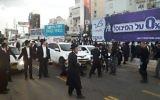 Manifestation ultra-orthodoxe à Bnei Brak, le 20 novembre 2017 (Crédit : Police israélienne)