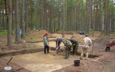 Des chercheurs israéliens et polonais effectuent des fouilles dans l'ancien camp d'extermination de Sobibor, dans l'est de la Pologne. (Crédit : Yad Vashem)