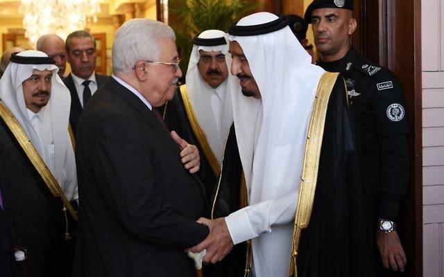 Le président de l'Autorité palestinienne Mahmoud Abbas (à gauche) rencontre le roi saoudien Salmane à Ryad, le 7 novembre 2017. (Crédit : Thaer Ghanaim / Wafa)