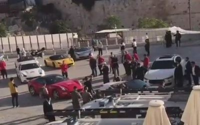 Des Ferrari garées devant le mur Occidental, le 5 novembre 2017 (Crédit : capture d'écran YouTube)