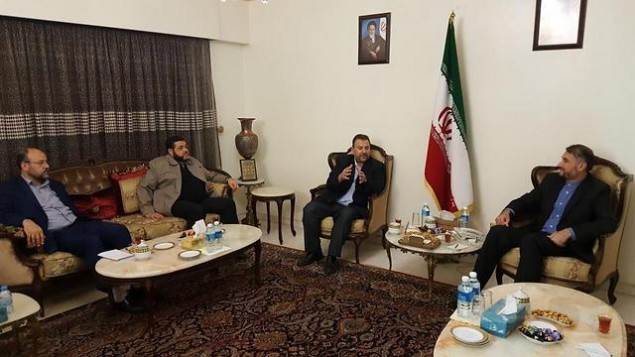 Le cadre du Hamas Saleh al-Arouri, deuxième à droite, rencontre le responsable iranien Hossein Amir Abdollahian, à droite, et d'autres hautes personnalités du Hamas au Liban, le 1er août 2017 (Autorisation)
