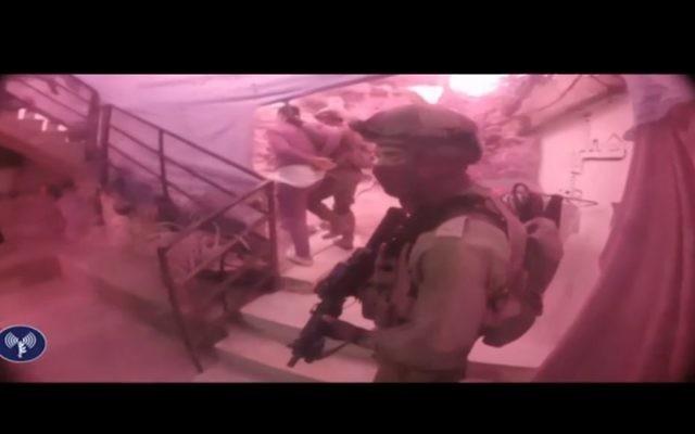 Capture d'écran de la vidéo publiée par l'armée israélienne de l'arrestation de cinq lanceurs de bombes, le 23 novembre 2017 (Crédit : Twitter / IDF)