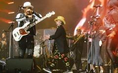 Le bassiste de Culture Club Mikey Craig et le chanteur Boy George interprètent leurs tubes des années 1980, le 7 novembre 2017 à Tel Aviv (Crédit : Autorisation)