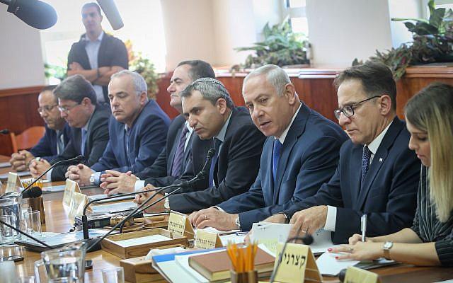 Le Premier ministre Benjamin Netanyahu, troisième à droite, préside la réunion hebdomadaire de cabinet au bureau du Premier ministre de Jérusalem, le 15 octobre 2017 (Crédit : Alex Kolomoisky/POOL)