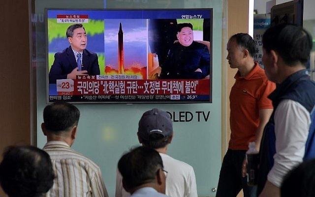 Les gens regardent une télévision dans une gare de Séoul le 3 septembre 2017, montrant le dernier essai nucléaire de la Corée du Nord. (Crédit : AFP / Ed Jones)