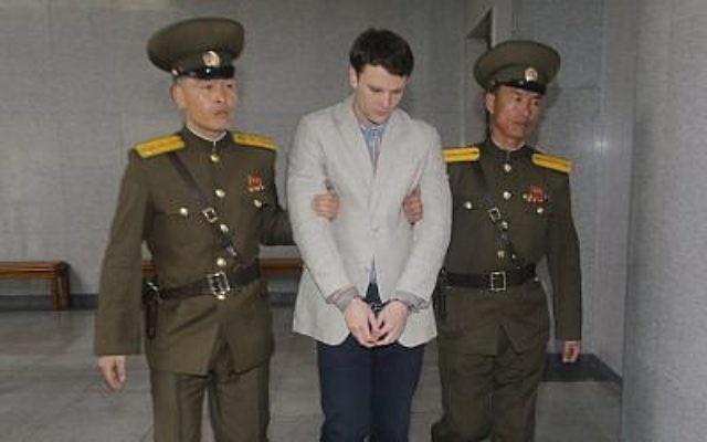 Otto Warmbier arrivant devant un tribunal pour son procès à Pyongyang, en Corée du Nord, le 16 mars 2015. (Crédit : Xinhua / Lu Rui via Getty Images / JTA)
