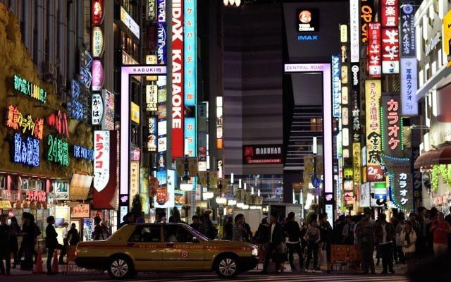 Une rue principale du quartier de Shinjuku, à Tokyo, au Japon, l'un des centres commerciaux et administratifs de la ville, le 13 octobre 2015 (Crédit : Gili Yaari / Flash90)
