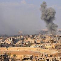 Illustration : Fumée vue depuis la ville de Deir Ezzor, dans l'est du pays, après une opération menée par les forces gouvernementales syriennes contre les djihadistes du groupe de l'État islamique (EI), le 2 novembre 2017. (Crédit : AFP / Stringer)