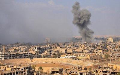 Fumée vue depuis la ville de Deir Ezzor, dans l'est du pays, après une opération menée par les forces gouvernementales syriennes contre les djihadistes du groupe de l'État islamique (EI), le 2 novembre 2017. (Crédit : AFP / Stringer)