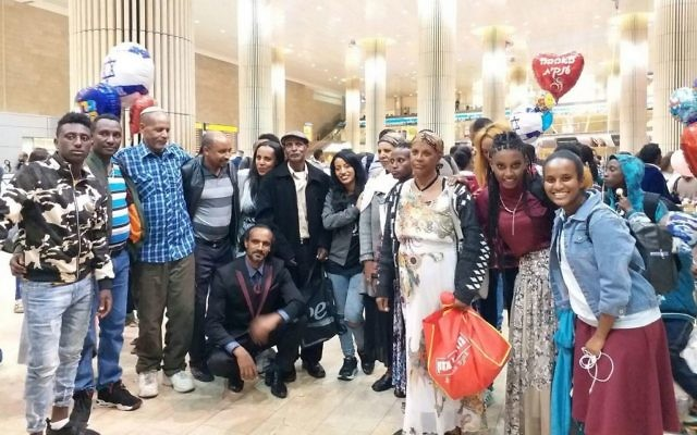 Des Juifs éthiopiens arrivent à l'aéroport Ben Gurion le 16 novembre 2017 pour commencer une nouvelle vie en tant qu'Israéliens (Crédit : The Struggle for the Aliyah of Ethiopian Jewry organization )