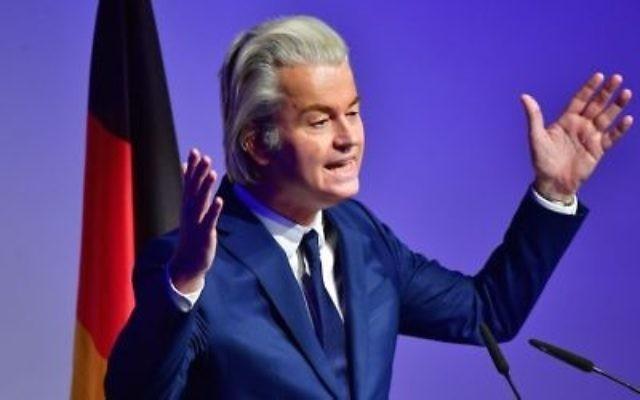 Geert Wilders, leader du parti politique néerlandais le partir pour la Liberté, prend la parole lors d'une conférence des partis de droite européens le 21 janvier 2017 à Coblence, en Allemagne (Crédit : Thomas Lohnes / Getty Images via JTA)
