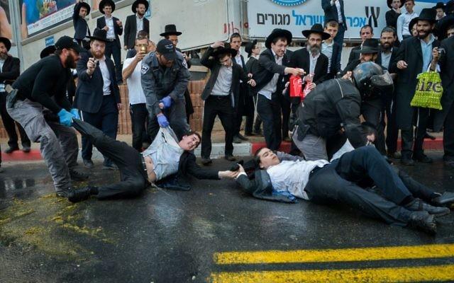 Affrontements entre Ultra-orthodoxes et policiers à Bnei Brak, le 20 novembre 2017 (Crédit : ossi Zeliger/Flash90)