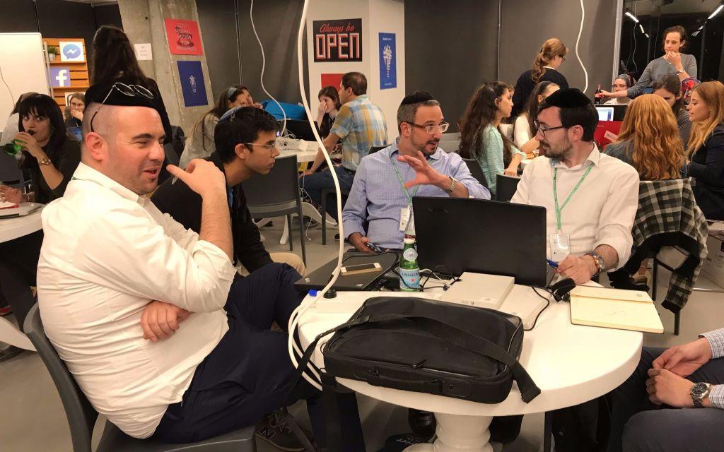 Lors du premier hackathon pour ultra-orthodoxes dans les bureaux de Facebook à Tel Aviv, les équipes concilient textes sacrés et technologie, 16 novembre 2017. (Crédit : Shoshanna Solomon/Times of Israel)