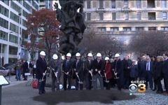 Les dirigeants de Philadelphie sur la place où sera construit le nouveau mémorial de l'Holocauste le 28 novembre 2017 (Crédit : Capture d'écran / YouTube)