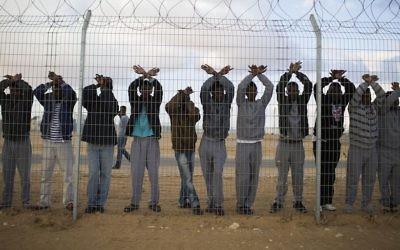 Des demandeurs d'asile protestent au centre de détention de Holot dans le sud du désert du Negev, en Israël, le 17 février 2014 (Crédit : Ilia Yefimovich/Getty Images)