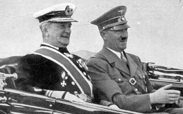 Le Régent de Hongrie Miklós Horthy de Nagybánya avec Adolf Hitler, année non précisée. (Crédit : Wikimedia Commons)