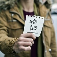 """Image d'illustration d'une victime de harcèlement sexuel tenant une note avec le texte """"Metoo"""" (Crédit : nito100/iStock by Getty Images)"""