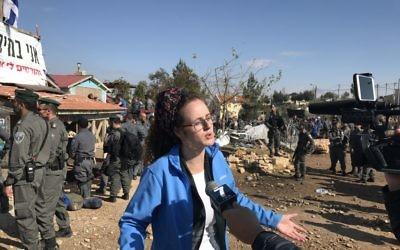 Liron Hyman, une habitante de  Netiv Haavot, parle aux médias lors de l'évacuation par les forces de sécurité d'une menuiserie dans l'avant-poste, le mercredi 19 novembre 2017 (Crédit :  Jacob Magid/Times of Israel)