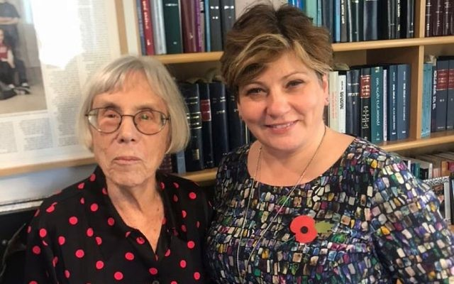 Emily Thornberry (à droite) avec l'ancienne juge de la Cour suprême, Dalia Dorner, à Jérusalem, le 9 novembre 2017 (Crédit : autorisation de Labor Friends of Israel)