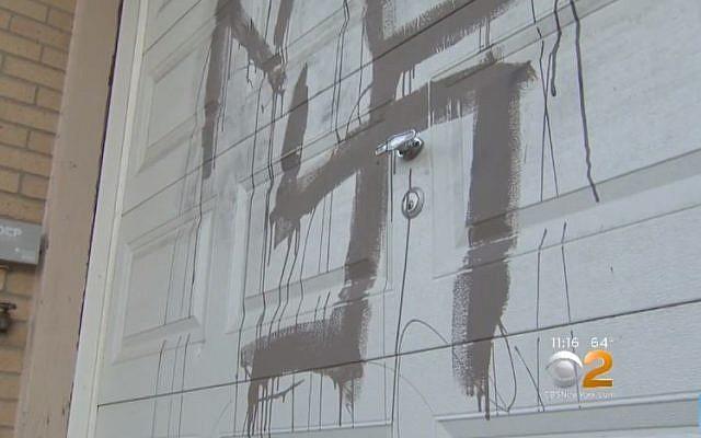 Un graffiti antisémite peint sur une maison juive à Staten Island, New York, le 17 octobre 2017. (Crédit : Capture d'écran CBS)