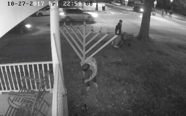 Des images de caméra de sécurité d'étudiants de l'université de l'Illinois vandalisant la menorah du campus en 2017 (Crédit : Capture d'écran YouTube)
