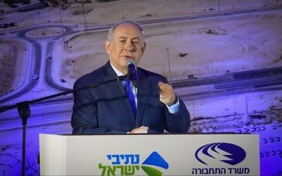 Le premier ministre Benjamin Netanyahu durant la cérémonie pour l'inauguration de la Route 31 à Arad le 23 novembre 2017. (Crédit : Amos Ben Gershom/GPO)