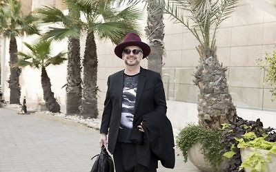 Boy George, du Club Culture, arrive à Tel Aviv avant son concert du 7 novembre, son premier en Israël en 30 ans (Crédit : avec l'autorisation d'Orit Pnini)