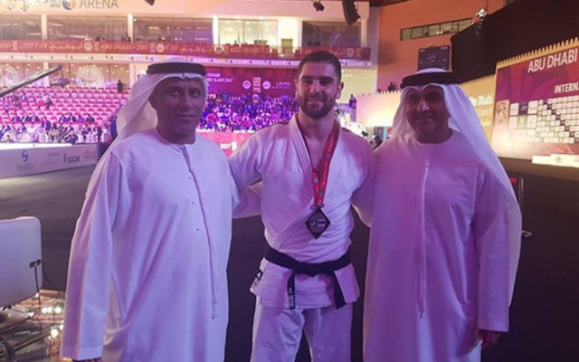 Le judoka israélien Peter Paltchik avec des responsables émiratis lors du Grand Chelem d'Abu Dhabi le 28 octobre 2017