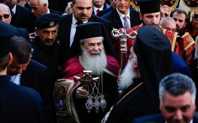 Le patriarche orthodoxe grec Théophile III arrive à l'église de la Nativité de Bethléem en Cisjordanie, construite sur le site où les chrétiens pensent que Jésus est né, la veille de Noël selon le calendrier orthodoxe oriental, le 6 janvier 2017. (Crédit : Wisam Hashlamoun / Flash90)