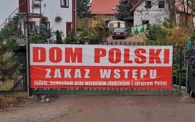 Un panneau aux abords d'un hôtel à proximité de  Wroclaw, en Pologne, spécifie que l'entrée est interdite aux Juifs, aux communistes, et à tous les voleurs et traîtres de la Pologne. (Crédit : Sebastian Karbowiak via the Anti-Defamation League)