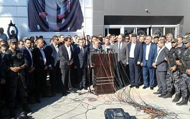 Des responsables du Hamas et du Fatah assistent à une cérémonie au cours de laquelle le groupe terroriste de Gaza a rendu le contrôle de tous les postes frontières à l'Autorité palestinienne, le 1er novembre 2017 (Crédit : Wafa)