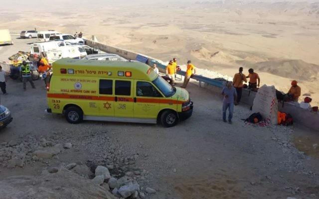 Les services d'urgence sur la scène d'un accident de descente en rappel au Mitzpeh Ramon le 16 novembre 2017 (Crédit : Porte-parole MDA)