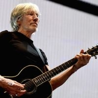 Le musicien Roger Waters joue durant sa tournée  Us + Them Tour au Staples Center le 20 juin 2017 à Los Angeles, en Californie (Crédit : Kevin Winter/Getty Images via JTA)