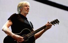 Le musicien Roger Waters joue durant sa tournée  Us + Them Tour au Staples Center le 20 juin 2017 à Los Angeles, en Californie (Crédit : Kevin Winter/Getty Images via JTA)