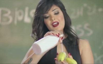 """La chanteuse Shyma, appréciant du lait et une banane dans sa vidéo """"J'ai des problèmes"""". (Crédit : Capture d'écran YouTube)"""