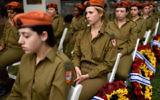 Des soldats israéliennes lors d'une cérémonie officielle pour Yom HaZikaron, au cimetière militaire de Kiryat Shaul à Tel Aviv, le 1er mai 2017. (Crédit : Gili Yaari/Flash90)