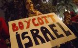 Des manifestants pour le boycott de l'Etat juif devant la Délégation gouvernementale espagnole à Barcelone, le 20 octobre 2015 (Crédit : Albert Llop/Anadolu Agency/Getty Images/via JTA/File)