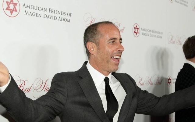 Le comédien Jerry Seinfeld arrivant au bal de bienfaisance du Magen David Adom de Los Angeles, Etats-Unis, le 22 octobre 2015 (Crédit : Autorisation)