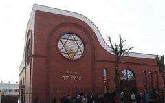 Juifs et non-juifs à Vitebsk, en Biélorussie, attendent pour entrer dans la synagogue nouvellement inaugurée de la ville en octobre 2017. (Crédit : autorisation de la communauté juive de Vitebsk)