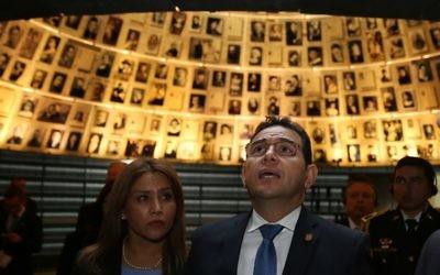 Le président guatémaltèque Jimmy Morales (à droite) et son épouse Gilda Marroquin au Mémorial de l'Holocauste Yad Vashem à Jérusalem le 28 novembre 2016 (Crédit : AFP / Gali Tibbon)