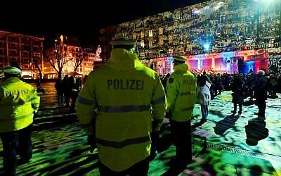 Les policiers patrouillent la veille du Nouvel an à la cathédrale de Cologne et à la principale gare ferroviaire d'Allemagne, le 31 décembre 2016 (Crédit :Patrik Stollarz/AFP)