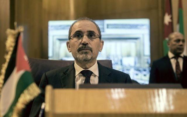 Le ministre des Affaires étrangères jordanien Ayman al-Safadi lors de la réunion des ministres des Affaires étrangères au Caire pour discuter des agitations autour de la mosquée Al-Aqsa de Jérusalem le 27 juillet 2017 (Crédit : AFP PHOTO / KHALED DESOUKI)