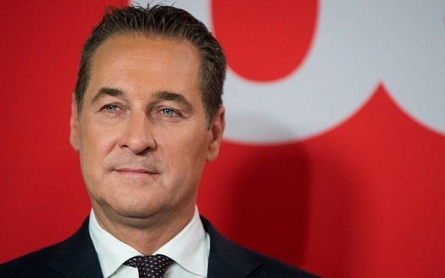 Heinz-Christian Strache, président du parti d'extrême-droite autrichien (FPÖ), participe à un débat télévisé consacré aux élections législatives autrichiennes, à Vienne, le 15 octobre 2017 (Crédit : AFP / Vladimir Simicek)