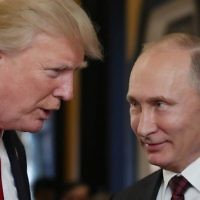 Le président américain Donald Trump, à gauche, parle avec Vladimir Poutine lors de la rencontre des chefs économiques de l'APEC dans le cadre du sommet des dirigeants de la Coopération économique Asie-Pacifique  (APEC)dans la ville vietnamienne de  Danang, le 11 novembre 2017 (Crédit : AFP / SPUTNIK / Mikhail KLIMENTYEV)