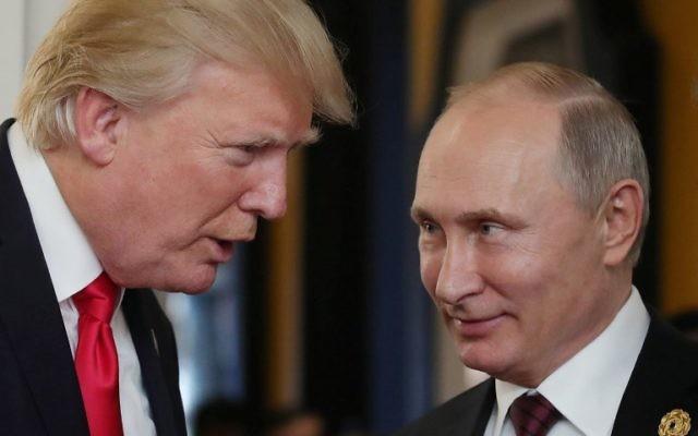 Le président américain Donald Trump, à gauche, parle avec Vladimir Poutine lors de la rencontre des chefs économiques de l'APEC dans le cadre du sommet des dirigeants de la Coopération économique Asie-Pacifique (APEC) dans la ville vietnamienne de Danang, le 11 novembre 2017 (Crédit : AFP / SPUTNIK / Mikhail KLIMENTYEV)