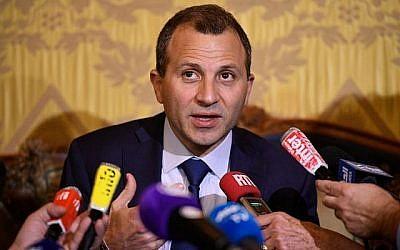 Gebran Bassil lors d'une conférence de presse à Paris, le 14 novembre 2017 (Crédit : AFP/Lionel BONAVENTURE)